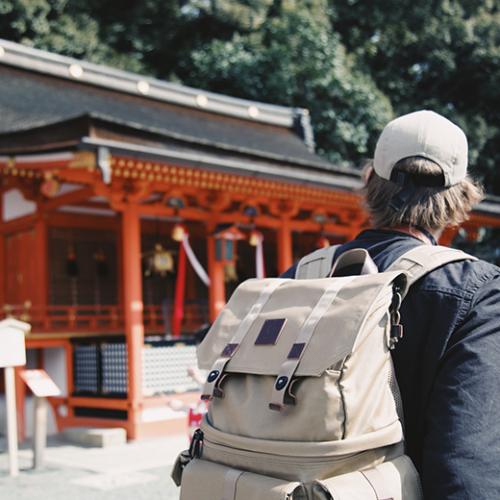 神社を観光する人