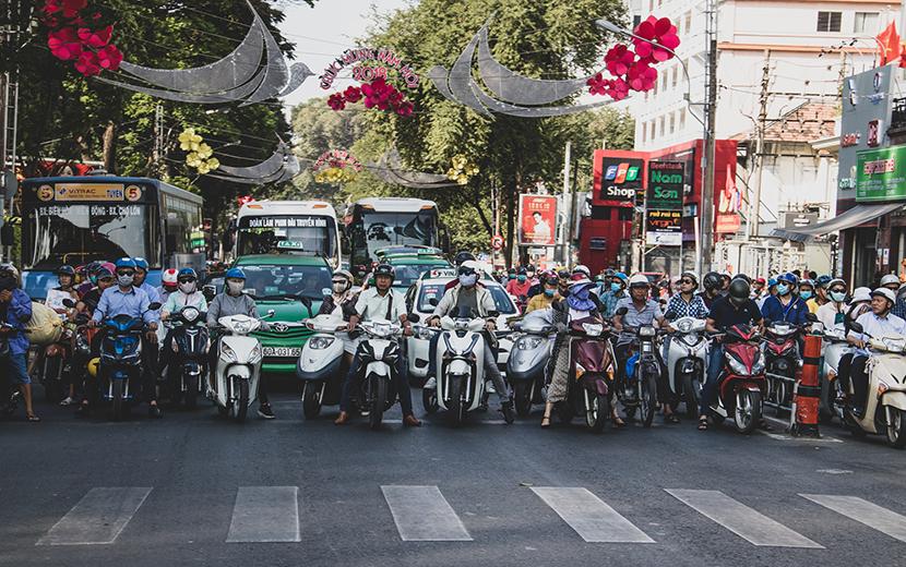 ベトナムの信号待ちバイク群